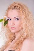 Tvář krásná žena s květinou
