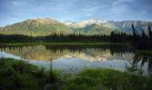 tarn podél pohoří alaska