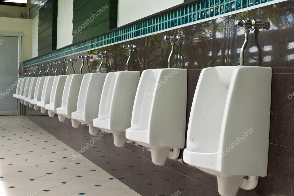 Witte urinoirs in de openbare toiletten u stockfoto saknakorn