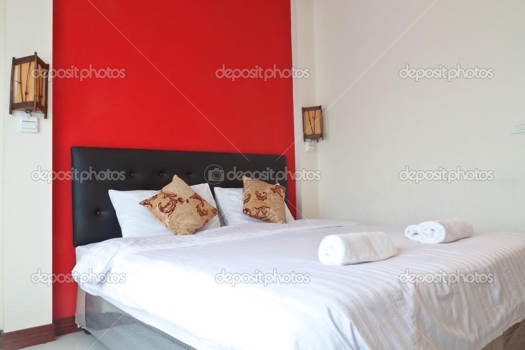 camera da letto con parete rossa — Foto Stock © saknakorn #38275519