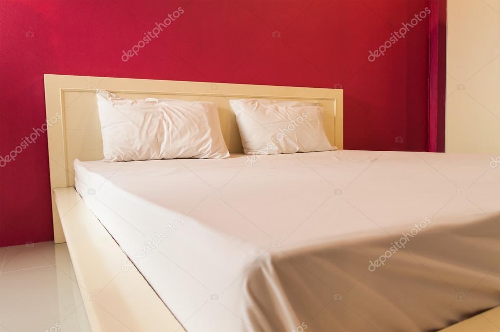 camera da letto con parete rossa — Foto Stock © saknakorn #40892215