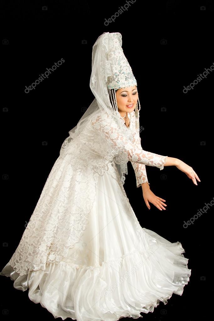 Kasachische Braut in weiß nationalen Hochzeit Kleid schwarzen ...