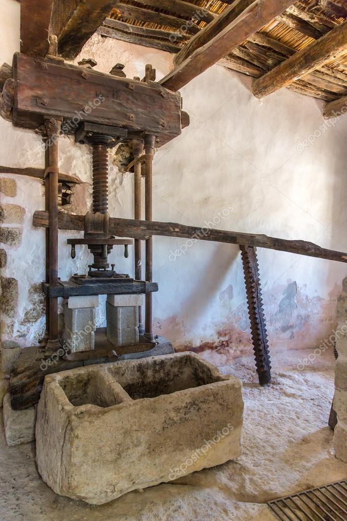 Alte badezimmer und wc im museum mit kunstwerken der antike griechische keramik und ton im - Antike badezimmer ...