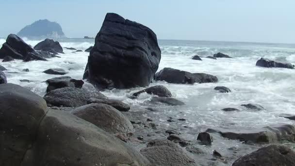 Hosszú lövés festői strand vízesés (statikus - nap)