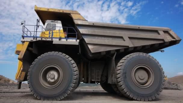 dlouhý záběr kamionů Monsters Rock (sledování - den)