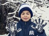 Fotografia bambino che gioca nella neve