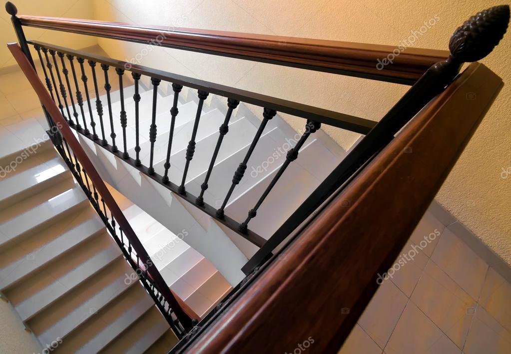 escaleras con escalones de mrmol y pasamanos de madera u fotos de stock
