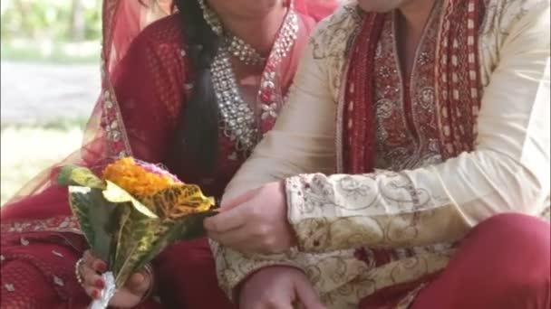 indická nevěsta a ženich