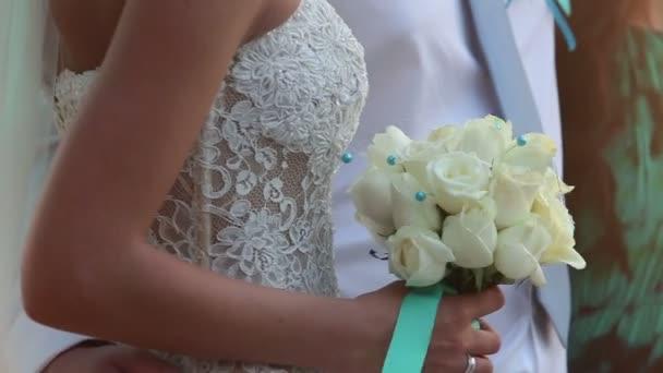 nevěsta v bílé krajkové šaty