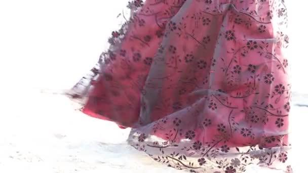 žena ve vínové šaty