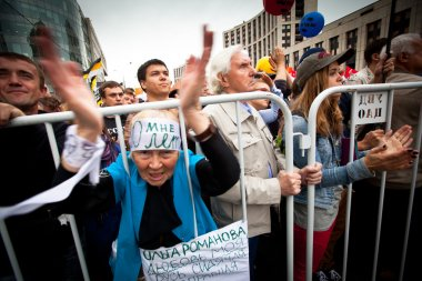 A old woman takes part in an anti-Putin protest in central in Moscow
