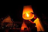 Chiangmai, Thajsko - prosinec 31: uvolnění sky lucerny během oslavy nového roku
