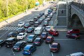 Moskva - 13. června: auta stojí v provozu jam na centrum města, 13 června 2013, Moskva, Rusko. Moskevský starosta sobyanin rekonstruuje příměstské železnice, vyřešit problém dopravní zácpy v roce 2016.