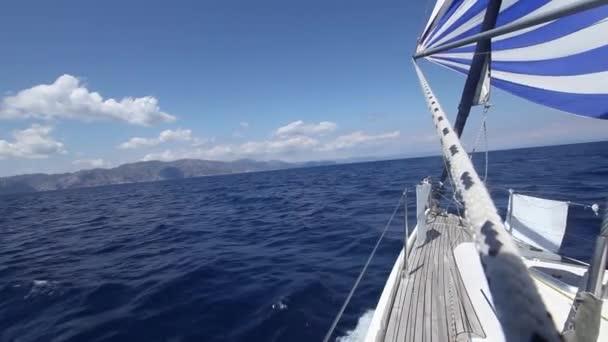 Plavba na jachtě během regaty. pohled z balíček