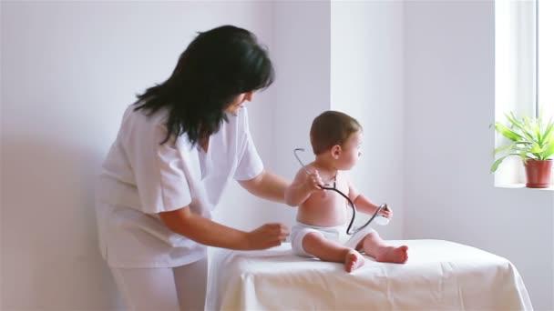 Süßes Baby in einen Besuch beim Arzt