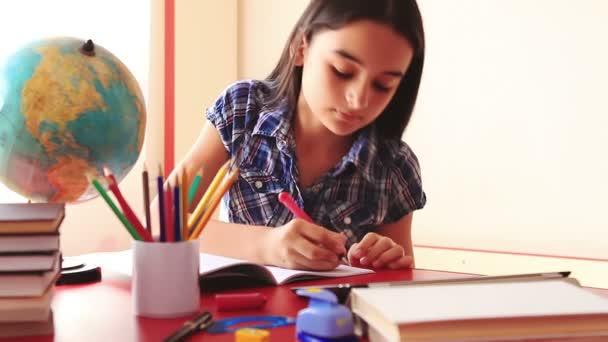 dospívající dívka dělat domácí úkoly na počítači tablet pc