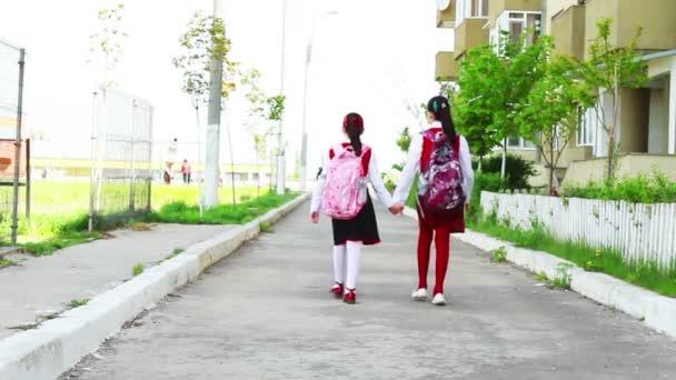 malý student dívky do školy v městě