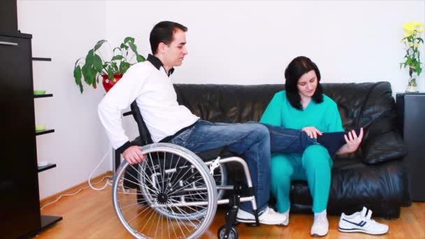 fyzikální terapeut s pacientem