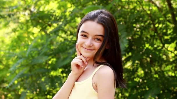 Gyönyörű lány néz a kamerába, Park