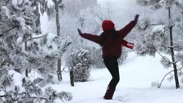 šťastná dívka, která skočila na sněhu