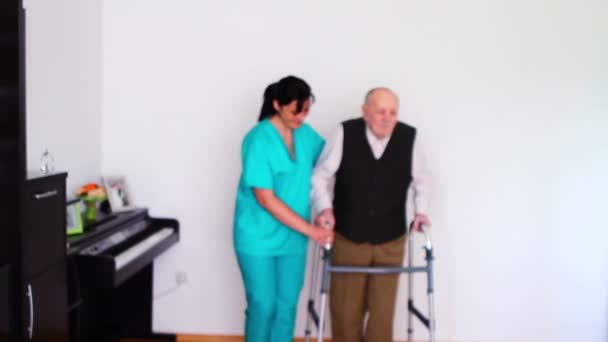 ošetřovatelskou pomoc starší starší muž pomocí chodící rám
