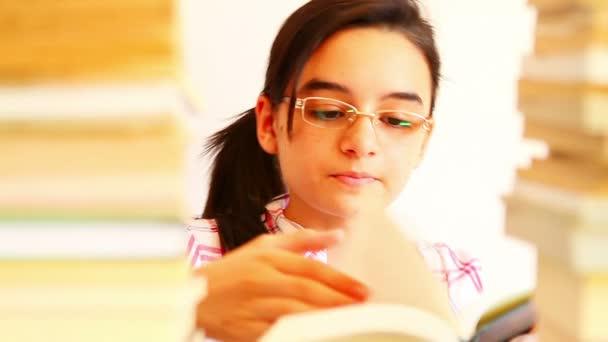 dospívající dívka studium s učebnice