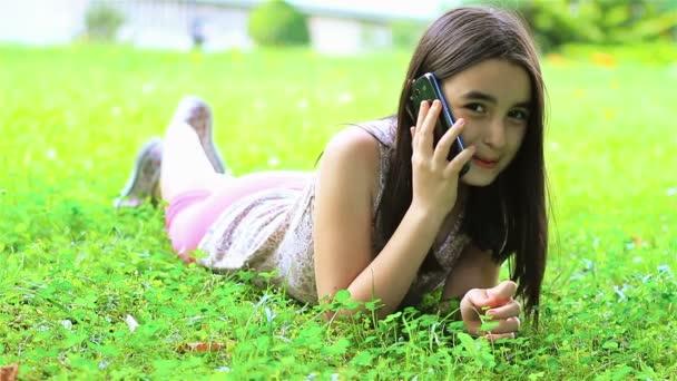 malá holčička na smartphonu