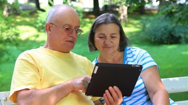starší pár s digitálním tablet pc