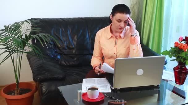 mladá žena starost o placení účtů