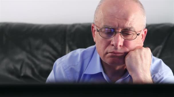 starší muž, sledování televize