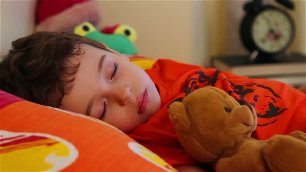 aranyos kis fiú alszik ő mackó