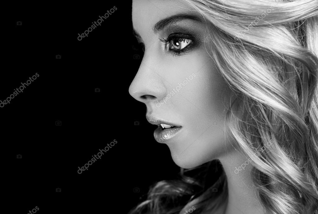 Mulher Loira Bonita No Perfil Fotografias De Stock