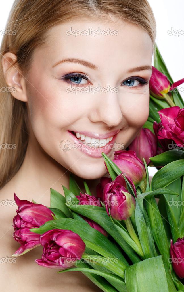 Красивая блондинка с цветами