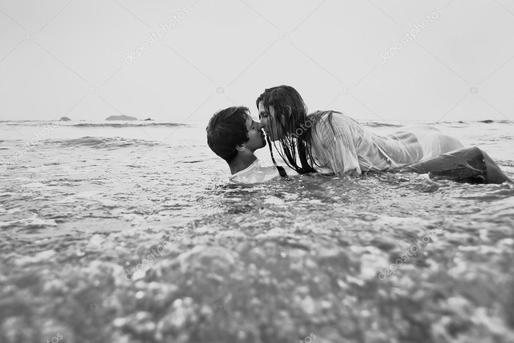 Секс на пляжи в воде