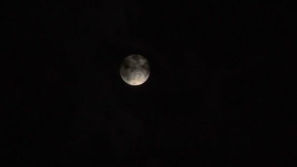 zářící úplněk na mlhavé noci oblohu časová prodleva