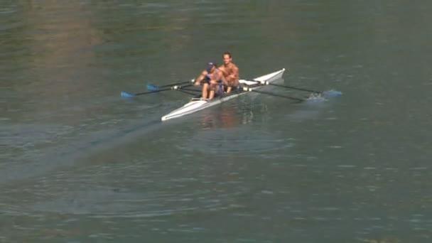Männer paddeln im Kanu auf einem Fluss