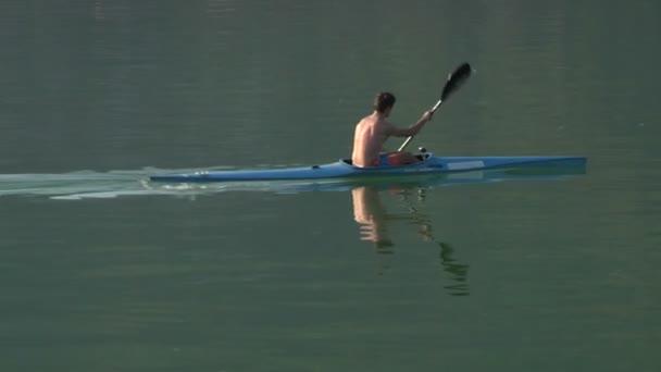 Sportlicher Mann paddelt in einem See