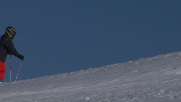 ein Skifahrer, der im Schnee spaziert
