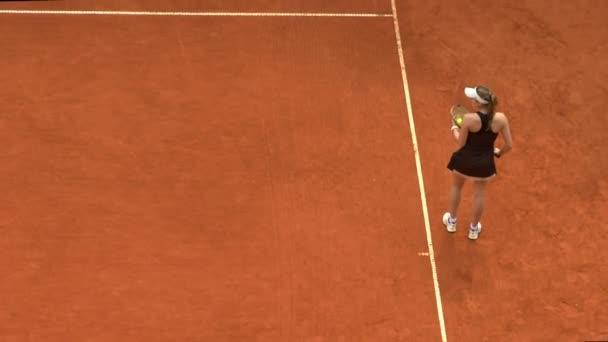 dívka tenis hra