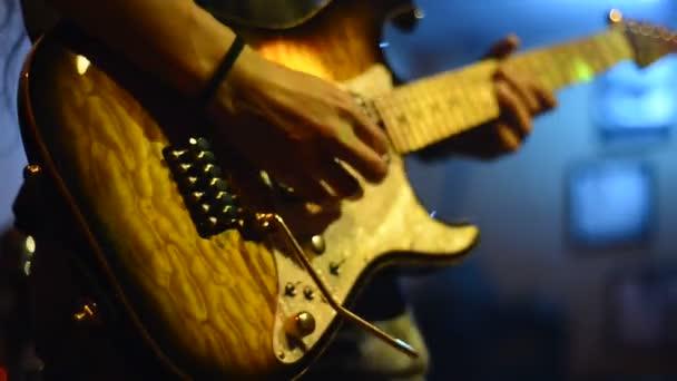kezet játszik a gitár
