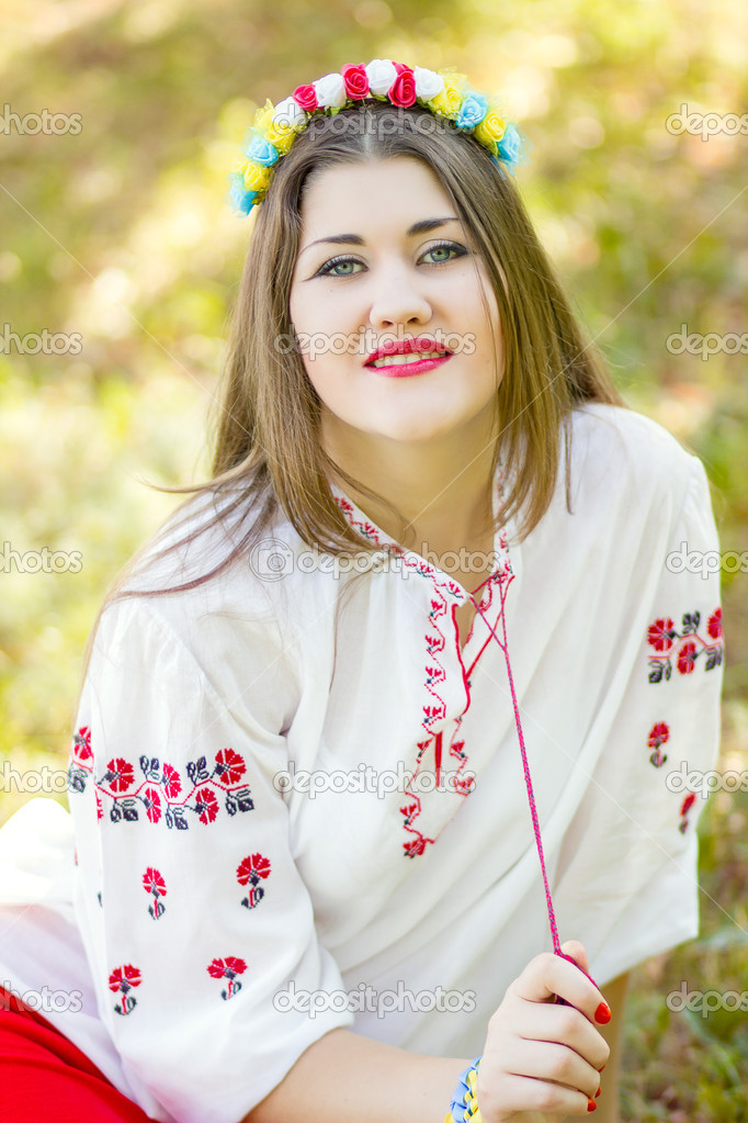 Девушка позирует лежа на траве фото фото 745-37