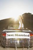 Fotografie Braut im Cabrio mit nur verheiratete Banner auf der Rückseite