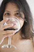 mladá žena vypila sklenici vína