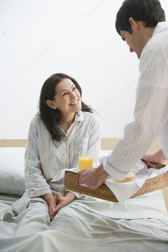 Hispanic Mann Frau Im Bett Frühstück Bringen Stockfoto Bst2012