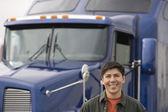 Fotografie muž stojící před kamion