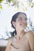 Fotografie mladá žena poslechu sluchátka