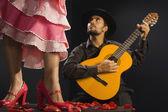 Photo Hispanic female flamenco dancer next to guitar player