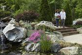 Senior coppia asiatica nel giardino
