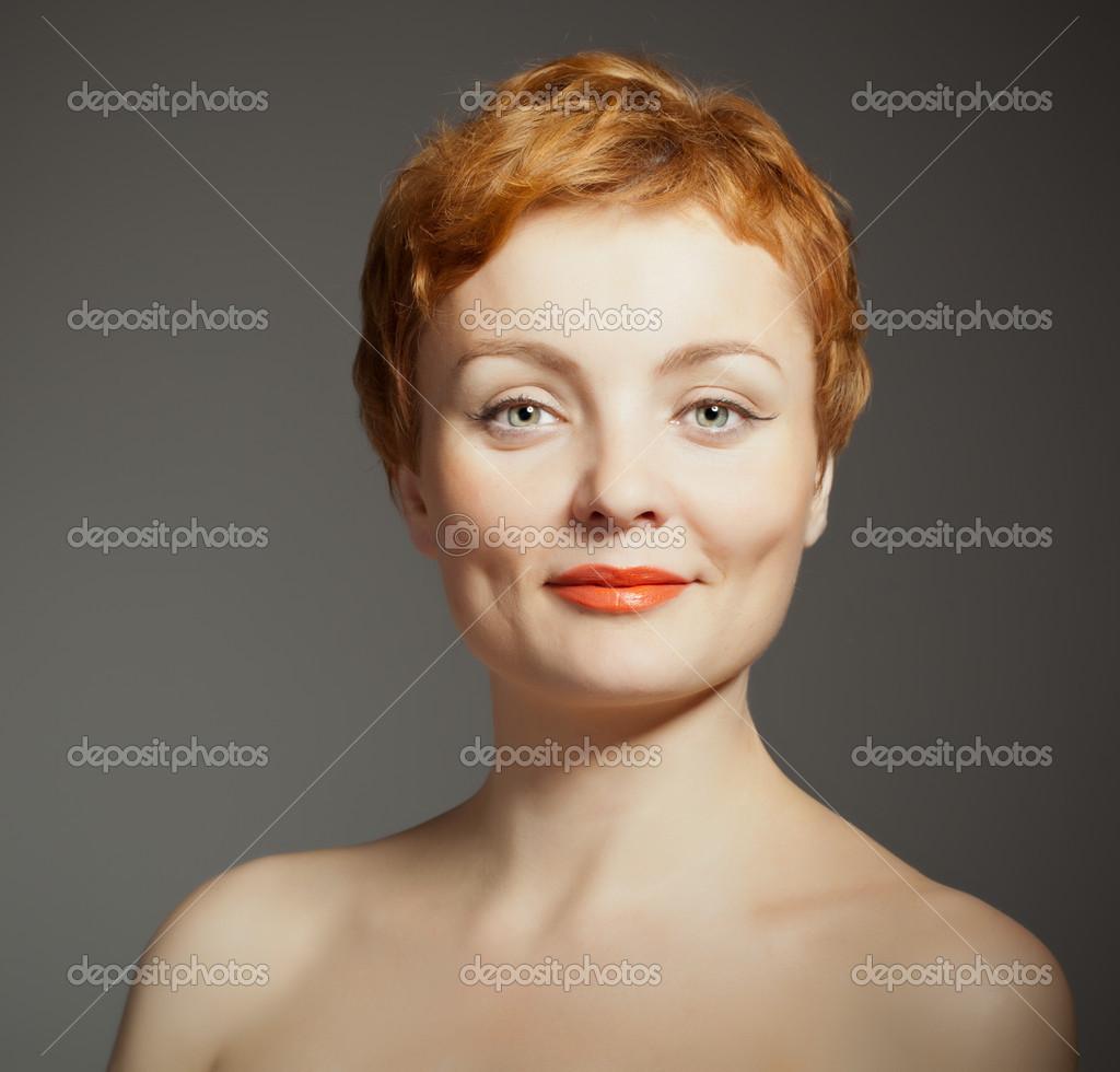 Femme aux cheveux rouge avec coupe de cheveux bouclé \u2014 Photo