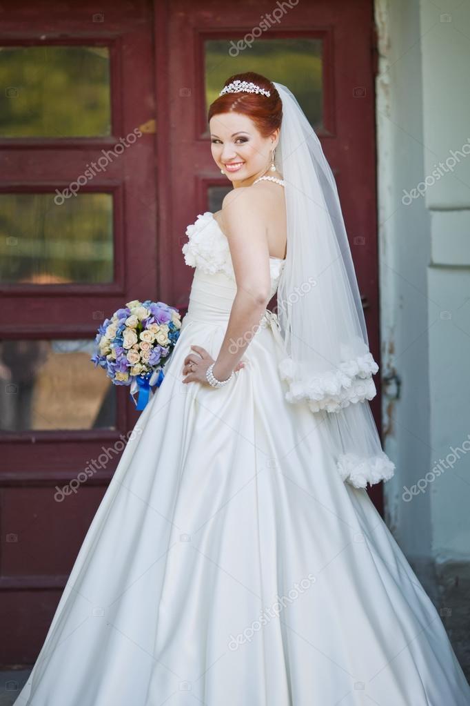 Schone Rote Haare Braut Posiert Mit Blumen Ausserhalb Europaische